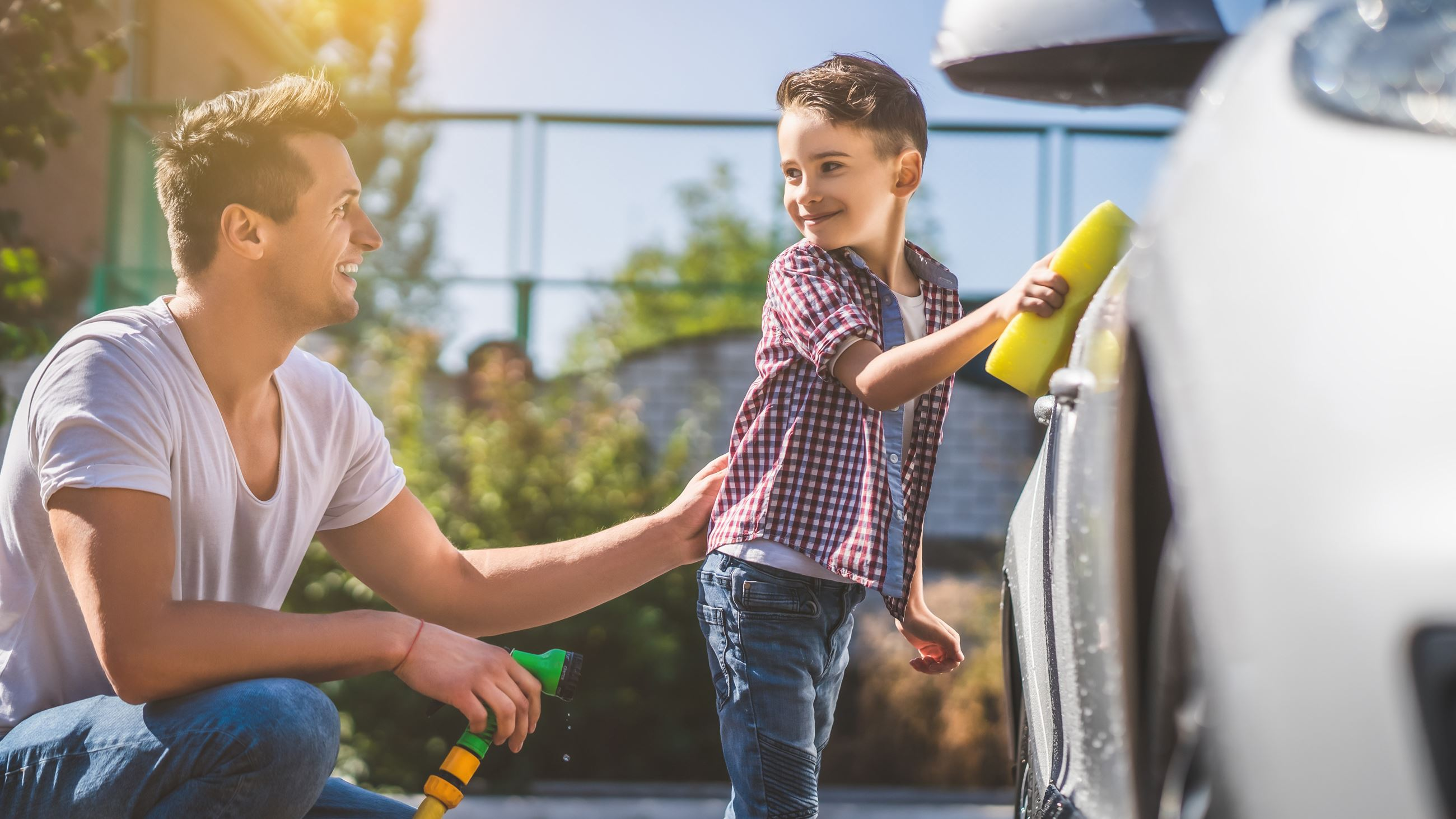 Father and son washing car AdobeStock_298128724 (1)